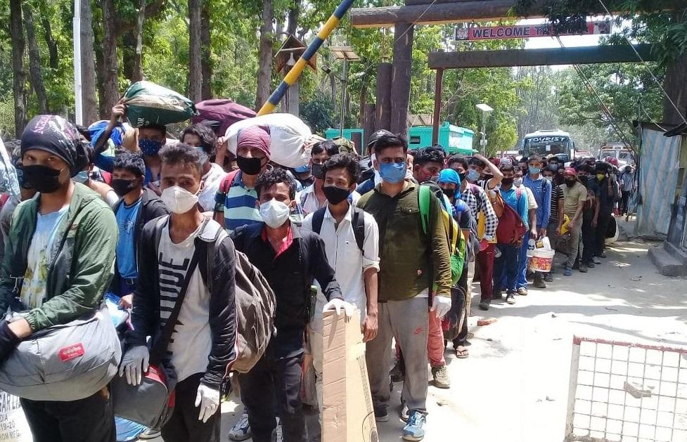 मजदुरी गर्न भारत जाने नेपालीहरुलाई भारतीयले सीमा नाकाबाटै फिर्ता पठायो
