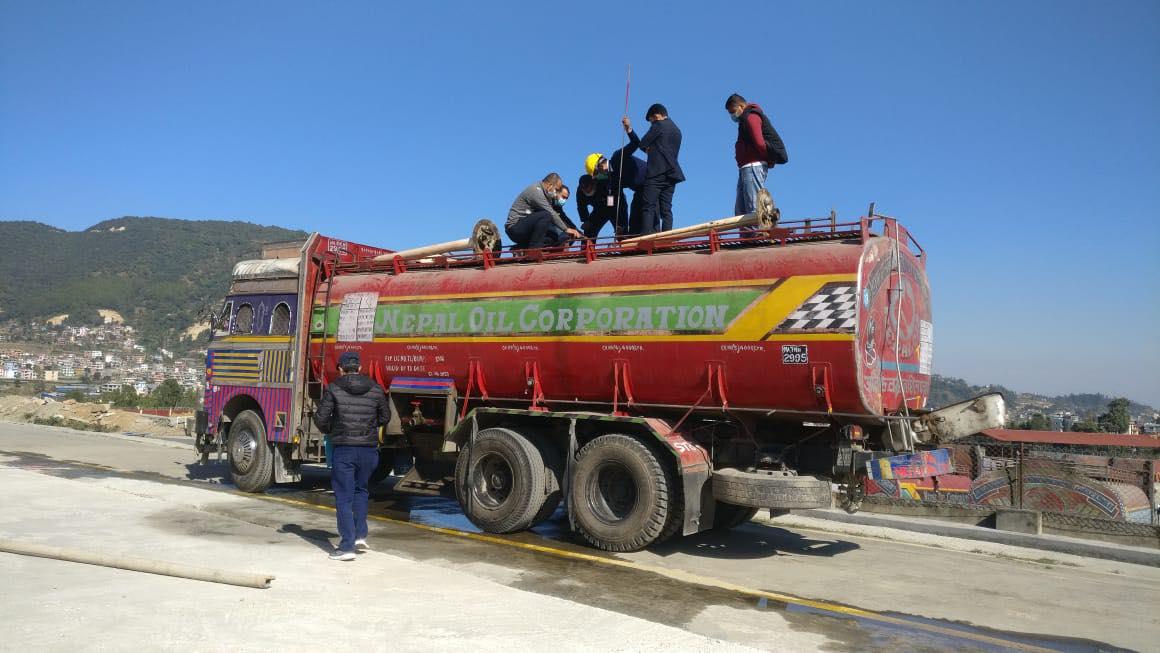 ट्यांकरबाटै यसरी हुन्छ नेपाल आयल निगमको पेट्रोल चोरी
