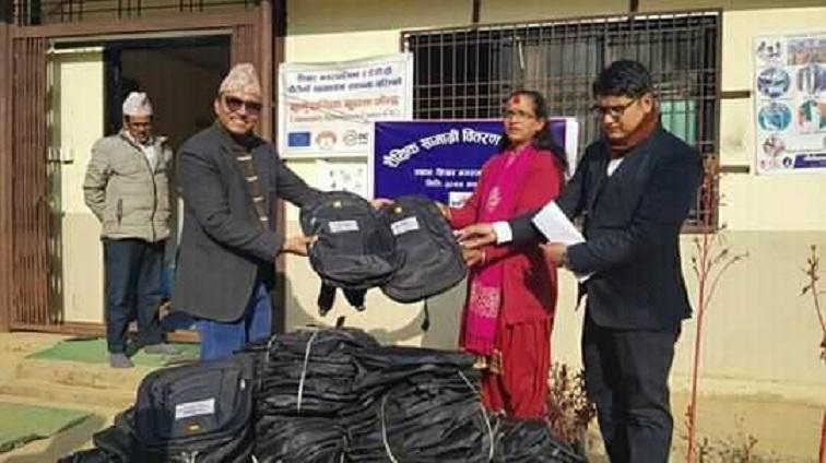 साइन नेपालद्वारा डेढ सय विद्यार्थीहरुका लागि शैक्षिक सामग्री हस्तान्तरण