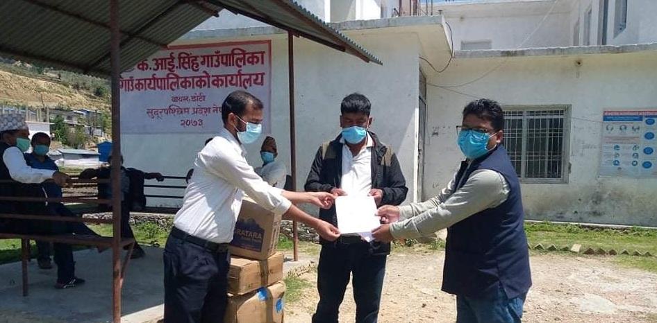 सोर्स नेपालद्वारा डोटीका ९ वटै स्थानीय तहलाई स्वास्थ्य सामग्री हस्तान्तरण